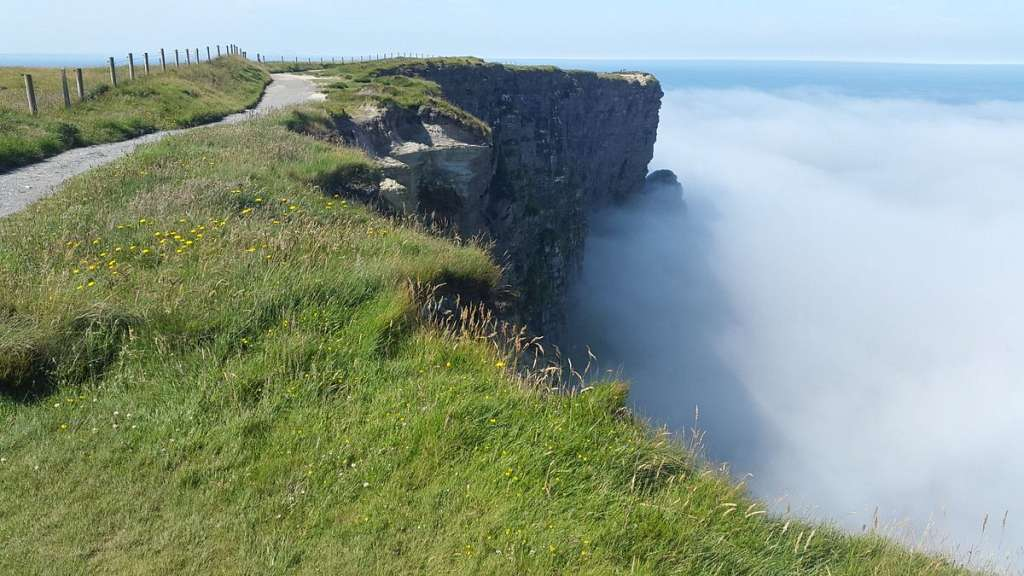Cliffs of Moher im Seenebel