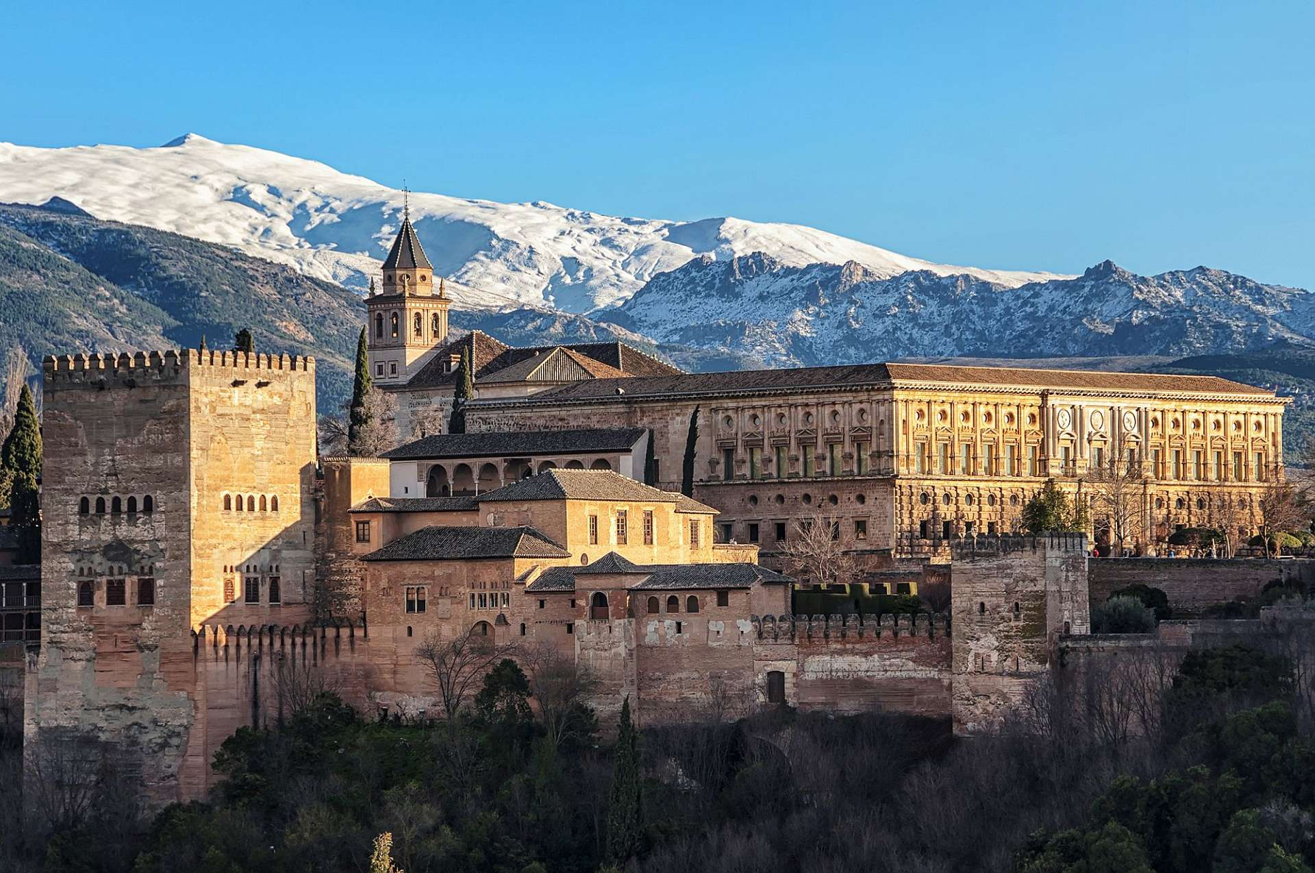 A fairy tale palace in a dreamlike setting: Alhambra