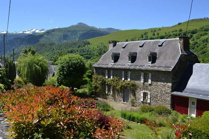 Natural stone, antiques and modern art: Estate near Luchon
