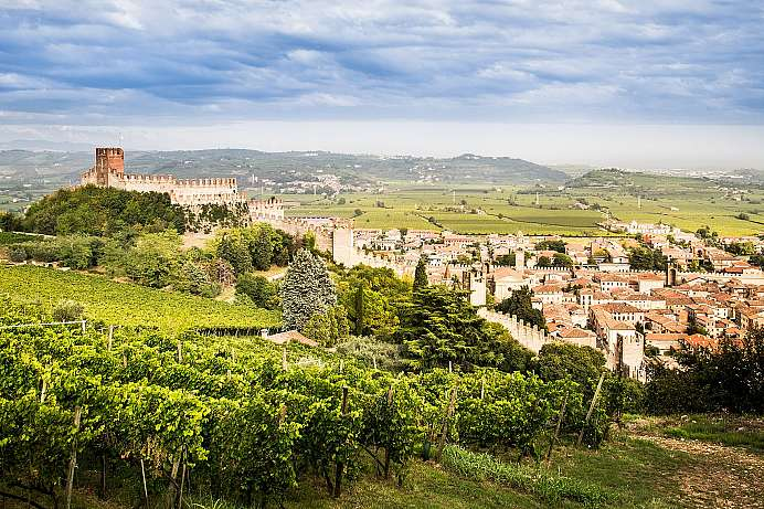 Among hills and vineyards: Soave