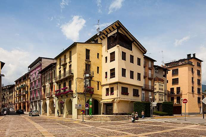 Streets lined with arcades: Old town of La Seu d'Urgell