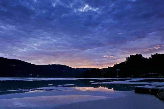 Bathing lake amid beautiful forests: Titisee
