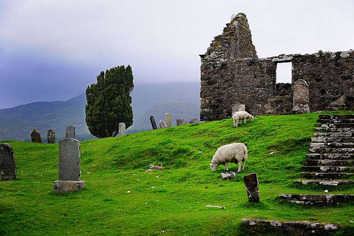 Kirchenruine mit Friedhof in den Highlands