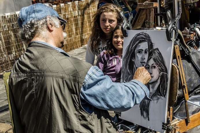 Tourists having their portrait painted: Montmartre