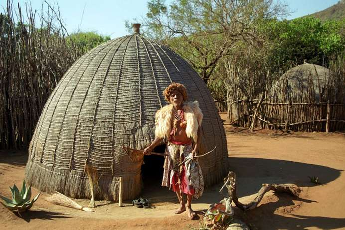 Traditioneller Heiler in seinem Kraal in eSwatini