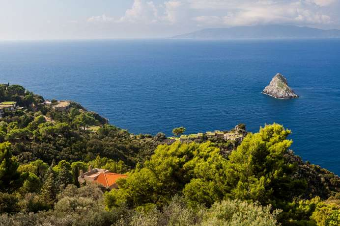 Isola del Giglio in the background: Monte Argentario