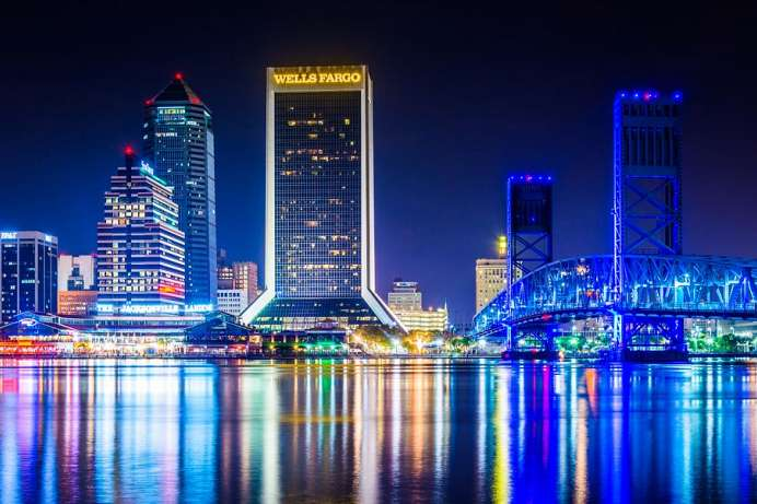 Am St. Johns River: Skyline von Jacksonville