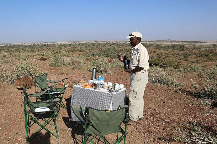 Mokili bereitet unser Picknick in den Sinya Plains.