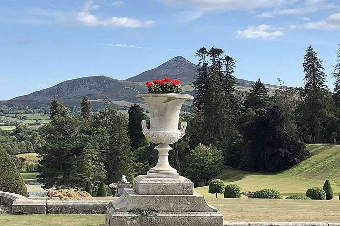 Powerscourt Garden mit Blick auf die Wicklow Mountains