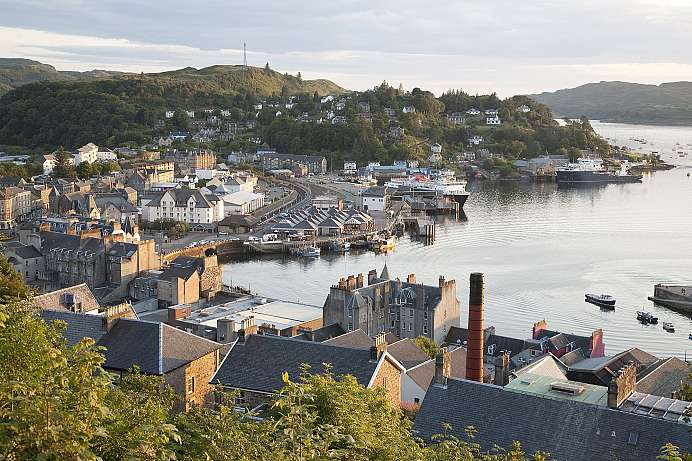 Oban: Idyllic setting between lakes and wilderness