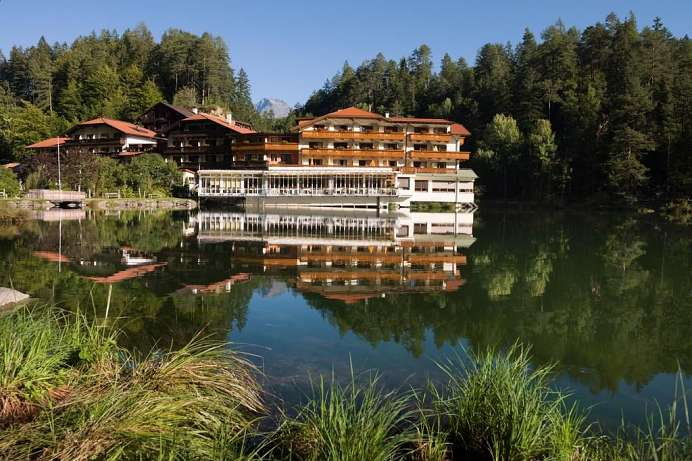 Wildromantische Lage: Wellness Hotel am Tristacher See