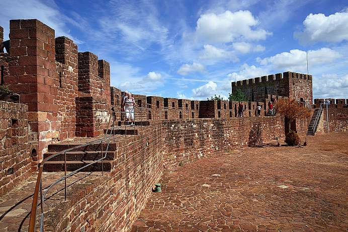 Merlon walk with a view: Castle of Silves