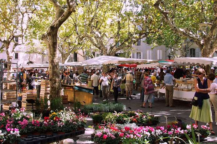 Uzès: Weekly market on the Place des Herbes