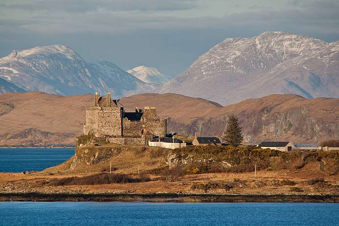 Boot trip to the islands: View of Duart Castle