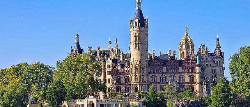 Fairy tale castle on a park island: Schwerin